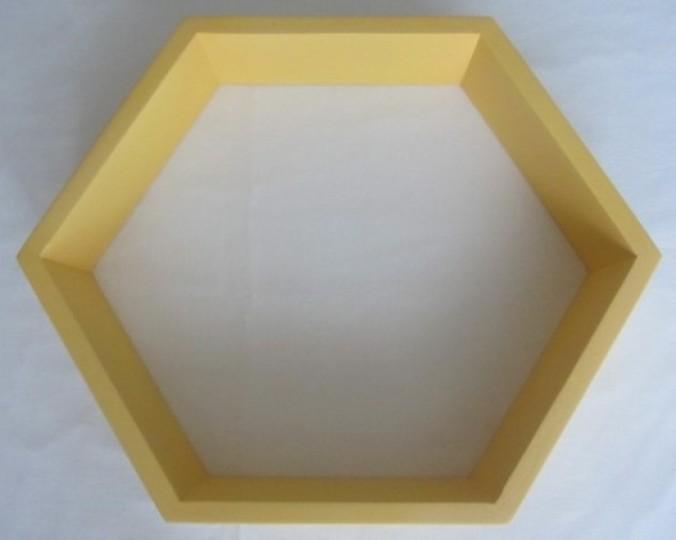 Półka dekoracyjna żółta sześciokąt foremny Hexagon z drewna akacji 43x31 cm